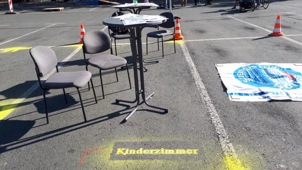 Fläche eines Kinderzimmers im Vergleich zur Parfläche eines PKWs